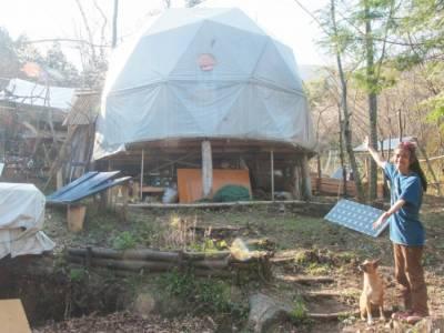 森の中のDIYオフグリッドライフ〜電気はソーラー、水道は沢水、ガスは薪でまかなう、吉田ケンゴさんの森での暮らし